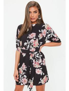 robe-t-shirt-noire-fleurie-avec-ceinture by missguided