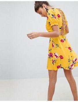 Платье со шнуровкой и цветочным принтом Pretty Little Thing by Asos