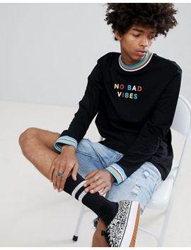 """Asos Design – Lässiges, Langärmliges Shirt Mit Kontrastierender Rippung In Regenbogenfarben Und """"No Bad Vibes"""" Schriftzug by Asos Design"""