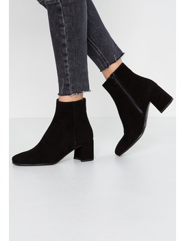 Classic Ankle Boots by Maripé