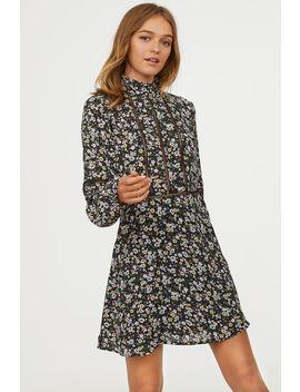 Kleid Mit Volantkragen by H&M