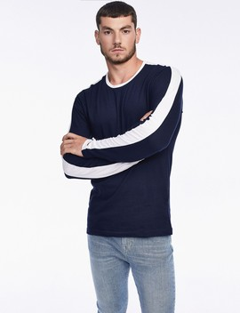 חולצת טי עם פס על השרוול by Castro