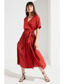 Robe Portefeuille Midi En Lin Gabrielle Uo by Voir Plus De Urban Outfitters