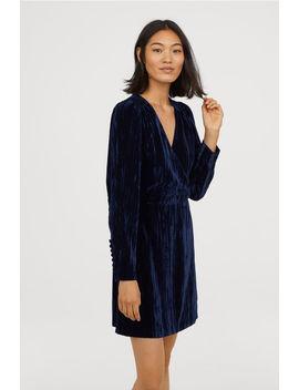 Kleid Aus Crashsamt by H&M