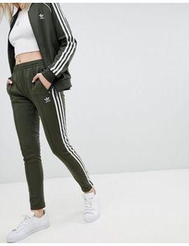 Pantalones De Chándal Con Tres Rayas En Caqui De Adidas Originals by Asos