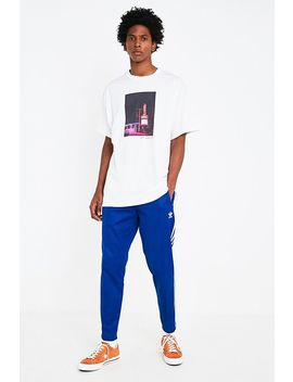 "Urban Outfitters – T Shirt ""Let Love In"" by Urban Outfitters Shoppen"