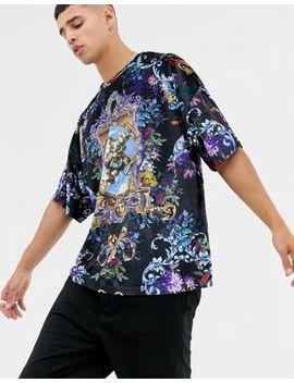 Asos Design – Oversize T Shirt Mit Halblangen Ärmeln In Velours, Durchgehend Mit Historischer Szene Und Blumenmuster Bedruckt by Asos