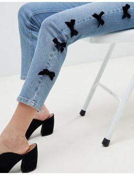 Asos Design – Farleigh – Schmale Mom Jeans Mit Hohem Bund Und Seitlichen Schleifen In Verwaschenem Mittelblau by Asos
