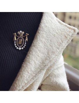 Amorita Boutique Lady Head Design Pins Court Vintage Brooch by Amorita Boutique