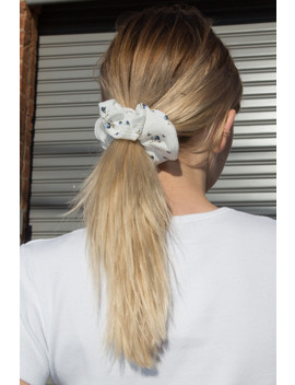 White And Blue Flower Scrunchie by Brandy Melville