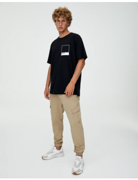 Μαύρη μπλούζα με λογότυπο Pantone by Pull & Bear