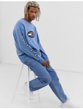 tommy-jeans-–-summer-heritage-capsule-–-blå-sweatshirt-med-logga-på-bröstet-och-ärmen by tommy-jeans