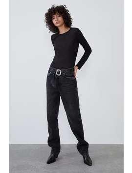 luźne-spodnie-jeansowe-o-prostym-kroju-z-paskiem-z-biżuteryjnym-zdobieniem by zara