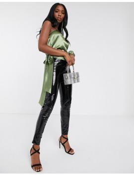 koco-&-k-–-satinbluse-mit-one-shoulder-träger-in-salbeigrün by asos