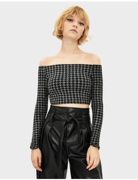 tričko-s-odhalenými-rameny-vzorem-kohoutí-stopy by bershka