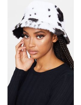 white-and-black-fluffy-cow-print-reversible-bucket-hat by prettylittlething