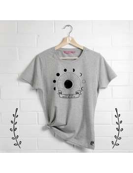 la-luna-made-me-do-it-tee,-moon-phase-camicia,-maglietta-divertente-celestiale,-t-shirt by etsy