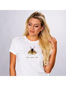 miele-dellape-unisex-bianca-manica-corta-t-shirt,-carina-primavera-estate-bee-tee,-t-shirt-grafica-alla-moda,-salvare-le-api,-miele-camicia,-regalo-per-amico by etsy