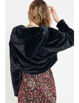 uo---veste-courte-à-capuche-en-fausse-fourrure by urban-outfitters