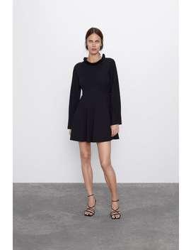 Kleid Mit Volant Am Ausschnitt by Zara