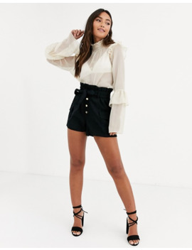 In The Style X Dani Dyer   Blouse En Mousseline à Encolure Haute Avec Volants by In The Style