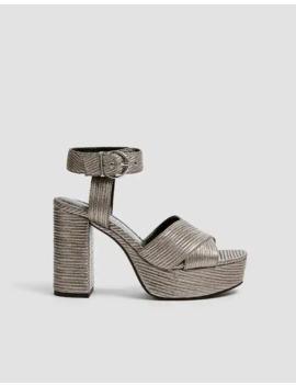 Серебристые босоножки на каблуке с рельефным узором by Pull & Bear