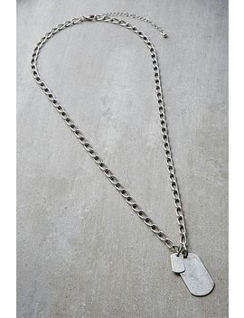 Halskette Mit Zwei Versilberten Plaketten. by Urban Outfitters