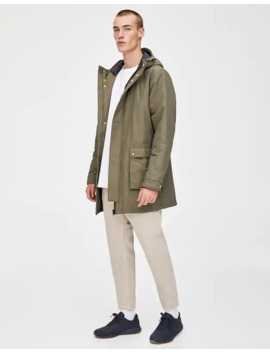 Αδιάβροχο με κουκούλα και τσέπες με πατιλέτα by Pull & Bear