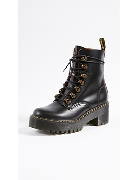 Leona 7 钩扣靴子 by Dr. Martens