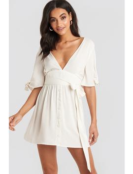 belted-deep-v-mini-dress-weiß by na-kd
