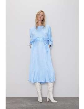 Kleid In Satinoptik Mit GÜrtel by Zara
