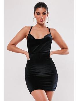 Vestido Corto Con Escote Holgado De Terciopelo En Negro by Missguided