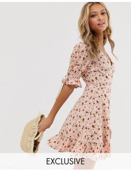 Wednesday's Girl – Småblommig Miniklänning Med Omlott Och Knytning På ärmarna by Wednesday's Girl