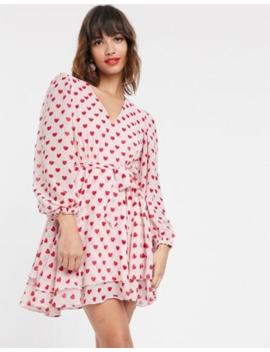 Pretty Lavish – Hjärtmönstrad Miniklänning Med Ballongärmar Och Knytning I Midjan by Pretty Lavish