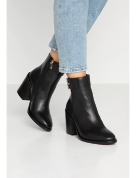 Corporate Hardware Bootie   Stivaletti Con Tacco by Tommy Hilfiger