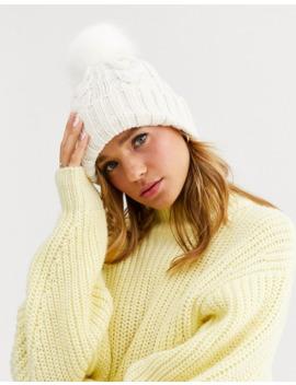 New Look – Krämfärgad, Kabelstickad Mössa Med Tofs Och Fuskpäls by New Look