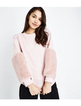 Sweat Rose à Manches En Fausse Fourrure by New Look